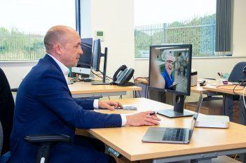 Video Beratung mit COBA Europe Arbeitsplatzmatten Experten
