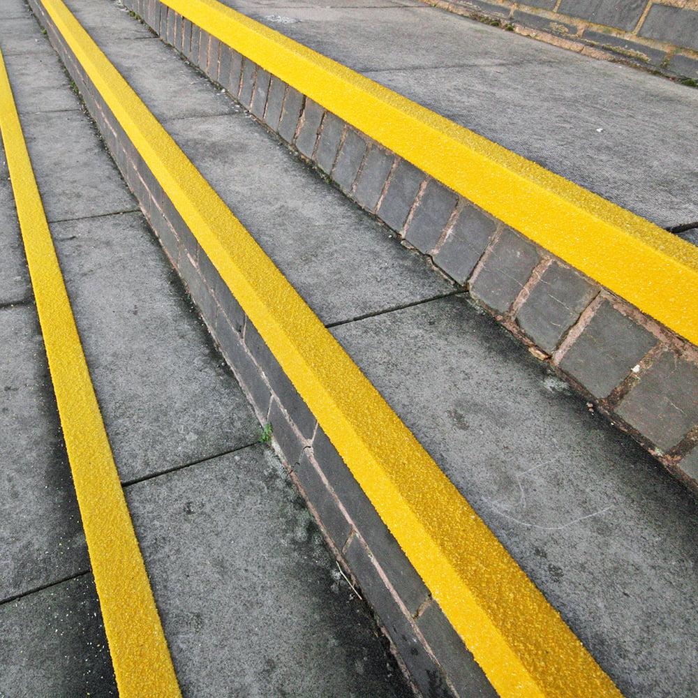 Profil de nez de marche Protection de nez de marche GRP Carbure de silicium Antidérapant Couleur de signalisation Escaliers de sécurité