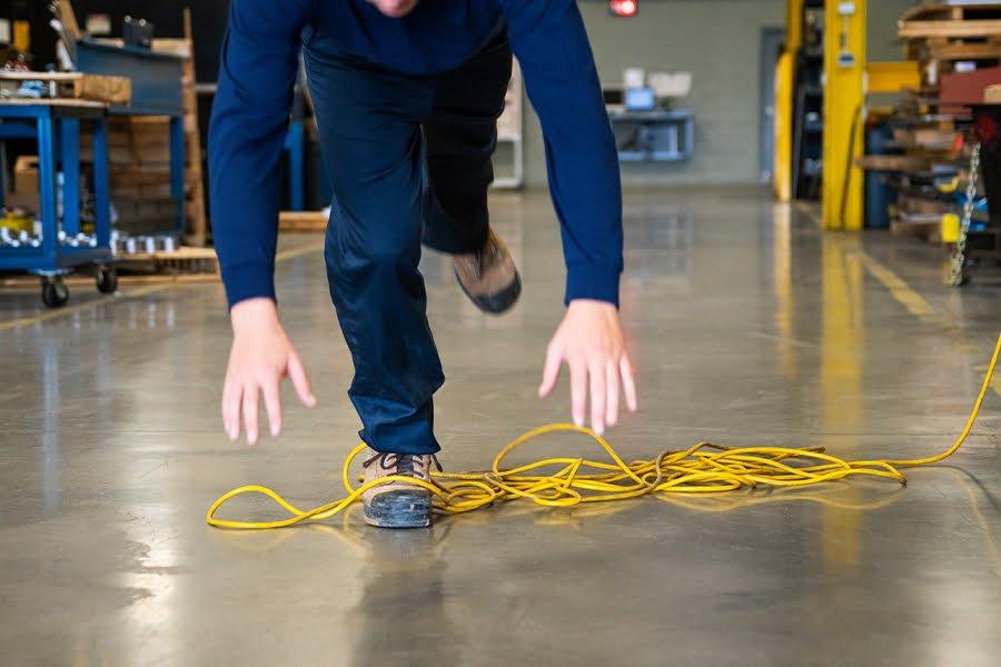 Goulotte pour protéger les câbles contre les accidents de trébuchement