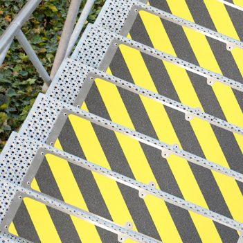 aluminiowa osłona schodów powłoka antypoślizgowa dla zabezpieczenia schodów przed poślizgiem